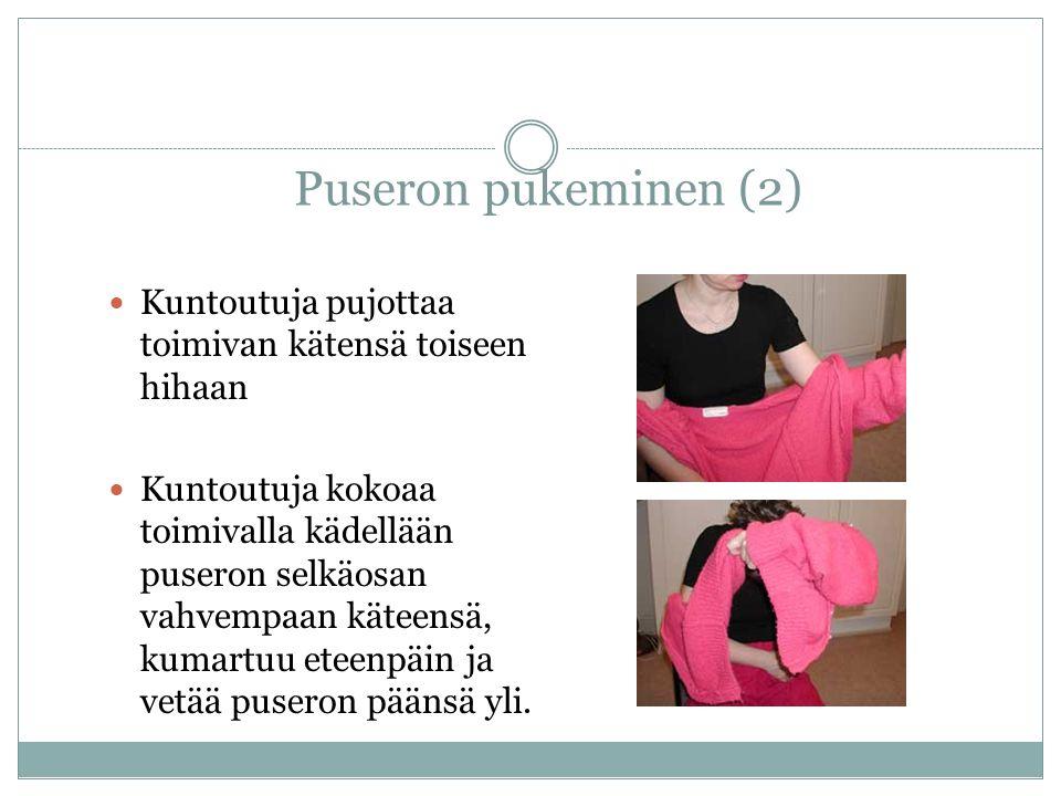 Puseron pukeminen (2) Kuntoutuja pujottaa toimivan kätensä toiseen hihaan Kuntoutuja kokoaa toimivalla kädellään puseron selkäosan vahvempaan käteensä, kumartuu eteenpäin ja vetää puseron päänsä yli.