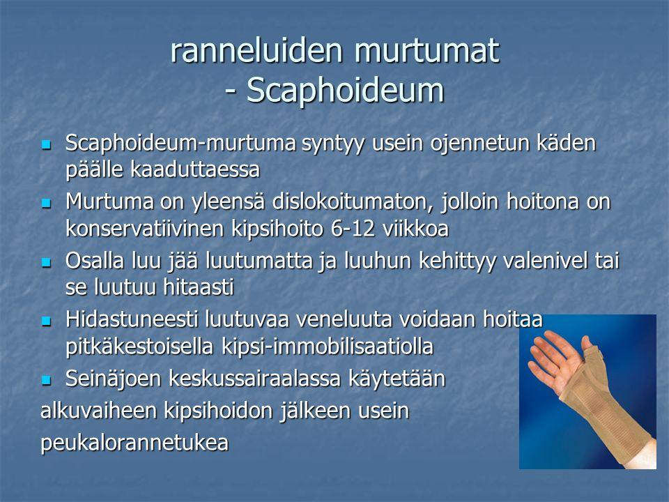 Scaphoideum-murtuma syntyy usein ojennetun käden päälle kaaduttaessa Scaphoideum-murtuma syntyy usein ojennetun käden päälle kaaduttaessa Murtuma on yleensä dislokoitumaton, jolloin hoitona on konservatiivinen kipsihoito 6-12 viikkoa Murtuma on yleensä dislokoitumaton, jolloin hoitona on konservatiivinen kipsihoito 6-12 viikkoa Osalla luu jää luutumatta ja luuhun kehittyy valenivel tai se luutuu hitaasti Osalla luu jää luutumatta ja luuhun kehittyy valenivel tai se luutuu hitaasti Hidastuneesti luutuvaa veneluuta voidaan hoitaa pitkäkestoisella kipsi-immobilisaatiolla Hidastuneesti luutuvaa veneluuta voidaan hoitaa pitkäkestoisella kipsi-immobilisaatiolla Seinäjoen keskussairaalassa käytetään Seinäjoen keskussairaalassa käytetään alkuvaiheen kipsihoidon jälkeen usein peukalorannetukea ranneluiden murtumat - Scaphoideum