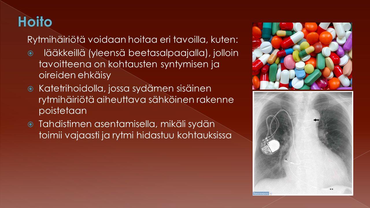 Rytmihäiriötä voidaan hoitaa eri tavoilla, kuten:  lääkkeillä (yleensä beetasalpaajalla), jolloin tavoitteena on kohtausten syntymisen ja oireiden ehkäisy  Katetrihoidolla, jossa sydämen sisäinen rytmihäiriötä aiheuttava sähköinen rakenne poistetaan  Tahdistimen asentamisella, mikäli sydän toimii vajaasti ja rytmi hidastuu kohtauksissa