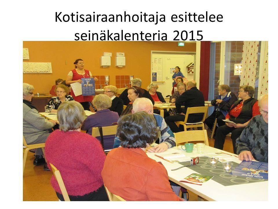 Kotisairaanhoitaja esittelee seinäkalenteria 2015