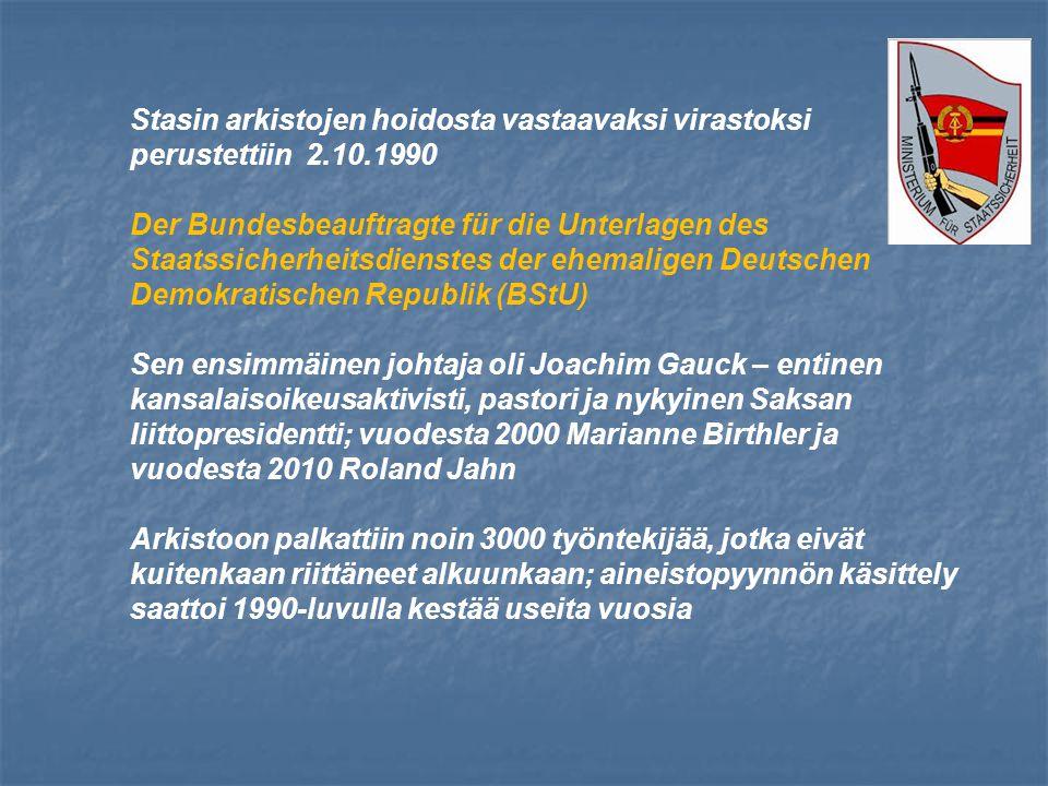 Stasin arkistojen hoidosta vastaavaksi virastoksi perustettiin 2.10.1990 Der Bundesbeauftragte für die Unterlagen des Staatssicherheitsdienstes der ehemaligen Deutschen Demokratischen Republik (BStU) Sen ensimmäinen johtaja oli Joachim Gauck – entinen kansalaisoikeusaktivisti, pastori ja nykyinen Saksan liittopresidentti; vuodesta 2000 Marianne Birthler ja vuodesta 2010 Roland Jahn Arkistoon palkattiin noin 3000 työntekijää, jotka eivät kuitenkaan riittäneet alkuunkaan; aineistopyynnön käsittely saattoi 1990-luvulla kestää useita vuosia