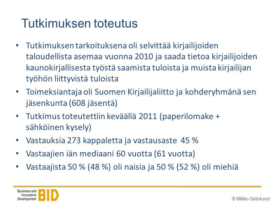 Tutkimuksen toteutus © Mikko Grönlund • Tutkimuksen tarkoituksena oli selvittää kirjailijoiden taloudellista asemaa vuonna 2010 ja saada tietoa kirjailijoiden kaunokirjallisesta työstä saamista tuloista ja muista kirjailijan työhön liittyvistä tuloista • Toimeksiantaja oli Suomen Kirjailijaliitto ja kohderyhmänä sen jäsenkunta (608 jäsentä) • Tutkimus toteutettiin keväällä 2011 (paperilomake + sähköinen kysely) • Vastauksia 273 kappaletta ja vastausaste 45 % • Vastaajien iän mediaani 60 vuotta (61 vuotta) • Vastaajista 50 % (48 %) oli naisia ja 50 % (52 %) oli miehiä